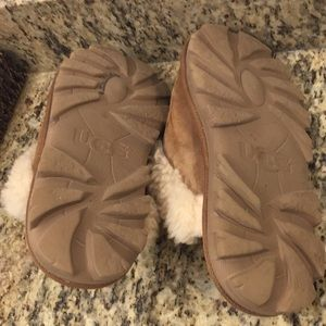 UGG Shoes - Worn ugg size 7 but still can be worn